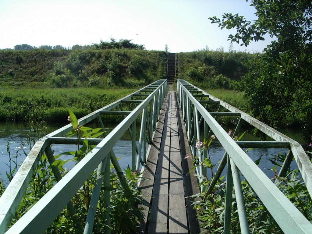 Fußgängerbrücke über einen kleinen Seitenarm des Rhein