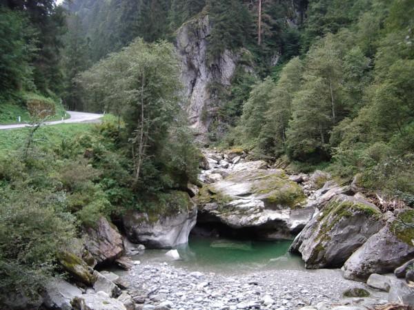 Felsen und wildes Wasser